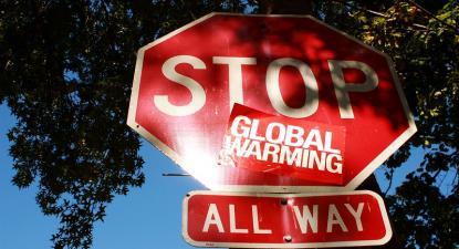 Sinal com autocolante contra o aquecimento global.