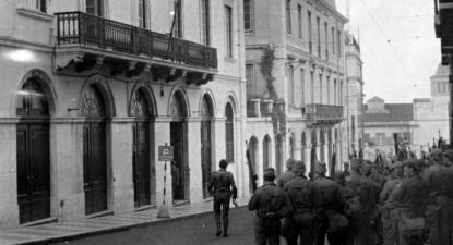 Sede da PIDE em Lisboa na manhã de 25 de abril de 1974. Hoje, é um condomínio residencial. Foto: toponimiadelisboa.wordpress.com/Arquivo Municipal de Lisboa.