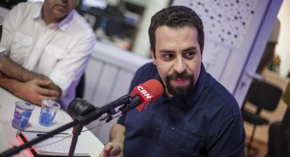 Guilherme Boulos em entrevista à rádio CBN durante a campanha. Foto de Mídia Ninja