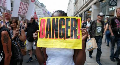 Cartaz anti-extrema-direita numa manifestação em Londres. Julho de 2018.