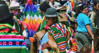 Índios Aymara na cerimónia de coroação de Evo Morales como Apu Mallku, o cargo simbólico de rei, supervisor dos conselhos de anciãos. Tiwanaku, 21 de janeiro de 2006. Foto de Corrado Scropetta/Flickr.