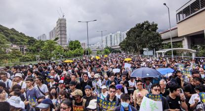 Hong Kong: estudante alvejado pela polícia será acusado criminalmente