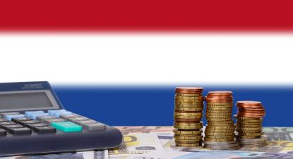 calculadora, moedas e bandeira holandesa.
