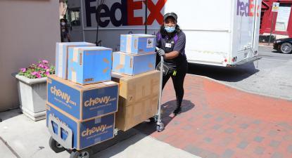 Trabalhadora do setor da distribuição durante a pandemia. Foto de Elvert Barnes/Flickr.