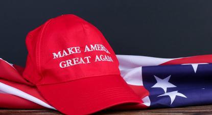Chapéu com o slogan eleitoral de Trump. Foto de Marco Verch Professional Photographer/Flickr.