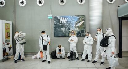Grupo de turistas chineses no Aeroporto Roissy Charles de Gaulle