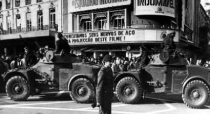 Veículos militares nos Reatauradores, Lisboa, no dia 25 de Abril. Foto Centro de Documentação 25 de Abril