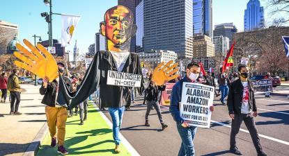 Manifestação de solidariedade para com os trabalhadores da Amazon. A 20 de março, em mais de 50 cidades houve manifestações a apoiar a criação do sindicato no armazém da Amazon. Foto de Joe Piette/Flickr.