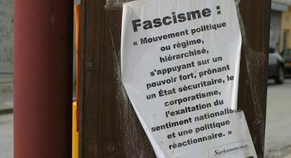 Cartaz com uma definição de fascismo. Foto de Le Bourg Heïdi/Flickr.