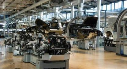 Linha de montagem da Volkswagen em Dresden. Foto de Dave Pinter