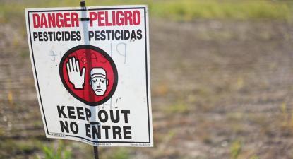 Cartaz de aviso sobre pesticidas.