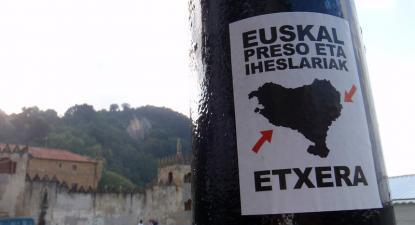 Cartaz apelando à libertação de presos bascos. Foto de Daniel Lobo/Flickr.