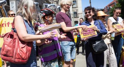 Ativistas pelo referendo na entrega das assinaturas no município de Berlim, 14 de junho. Foto DWE/Facebook.