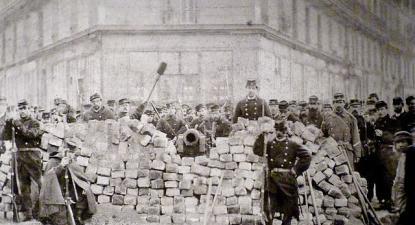 Barricada no cruzamento das avenidas Voltaire e Richard-Lenoir. Biblioteca histórica da Cidade de Paris/Wikimedia Commons.