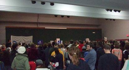 Reunião dos democratas de 2008 em Iowa City, Iowa. Os caucuses de Iowa são tradicionalmente o primeiro grande evento eleitoral de primárias e caucus presidenciais – Foto de wikipedia