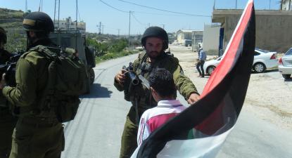 Soldados israelitas numa manifestação palestiniana. Foto de  Palestine Solidarity Project/Flickr.