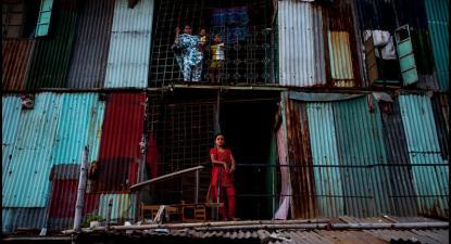 Bairro de lata em Dhaka, no Bangladesh. Foto de Zoriah/Flickr.