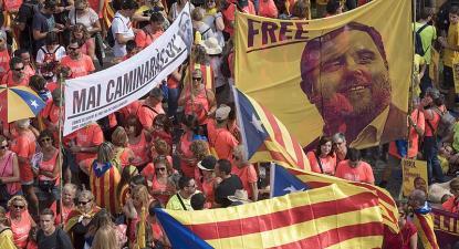 Manifestantes catalães com cartazes a exigir a libertação de Junqueras. Setembro de 2018.