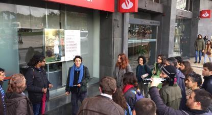 Passeio tóxico organizado pela Climáximo em Lisboa mostra as ligações da banca à crise climática. Janeiro de 2020.