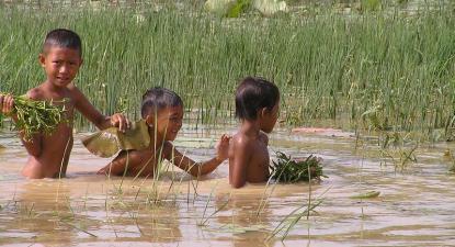 Crianças no Cheung Ek, uma das zonas afetadas pelo projeto de construção. Foto de WorldFish/Flickr.