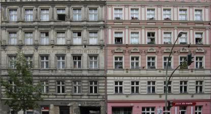 Altbau por renovar e renovado. Até finais dos anos 1990, grande parte do centro de Berlim tinha o aspeto da esquerda. Hoje, tem o aspeto da direita. A par da renovação, veio a especulação. Foto: Kaspar Metz/Flickr.