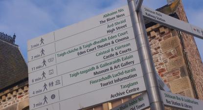 Sinalização bilingue em Inverness, Escócia. Foto de Alex Liivet, Flickr.
