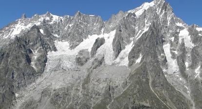 Encosta sul da montanha de Grandes Jorasse, com o glaciar de Planpincieux à esquerda, 2014. Foto: Arjuno3/Wikimedia Commons.