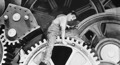 """Charles Chaplin no filme """"Tempos Modernos""""."""