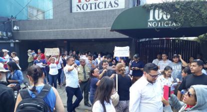 Concentração na entrada do Canal de TV 100% Noticias, que foi encerrado pela polícia do governo de Daniel Ortega