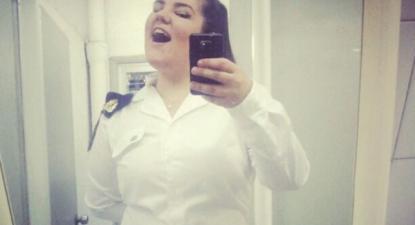 Netta Barzilai, representante de Israel no festival da Eurovisão, de uniforme militar