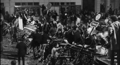 Em poucas horas num espaço curto em Paris, foram erguidas 60 barricadas, sem qualquer plano prévio ou estratégia coerente, 10 de maio de 1968