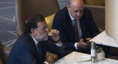 Ministro do Interior de Espanha tentou fabricar escândalos contra líderes independentistas catalães e disse que o presidente do governo sabia de tudo - Foto de Mariano Rajoy e Fernandéz Díaz