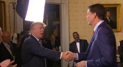 """Não é nada """"normal"""" remover o líder do FBI de seu cargo em menos de quatro meses de presidência - e um chefe do FBI que foi creditado por dar a vitória a esse presidente, surpreendendo as probabilidades – Foto de Donald Trump e James Comey, diretor do FBI demitido"""
