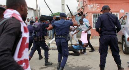 Polícia utilizando força contra manifestantes em Angola. Outubro de 2019.