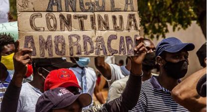 """""""Angola continua amordaçada"""", cartaz erguido na marcha de 25 de outubro de 2020 em Luanda  – foto de Osvaldo Silva fotojornalista, https://www.facebook.com/jacafotografo/"""