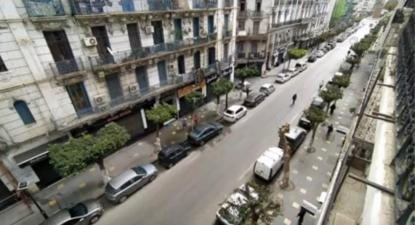As ruas de Argel que eram palco de manifestações de centenas de milhares de pessoas agora estão desertas.