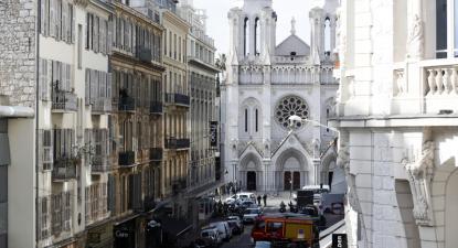 Polícias franceses junto à igreja de Notre Dame em Nice, França, em 29 de outubro de 2020, após um ataque com faca – Foto de Sebastien Nogier/Epa/Lusa
