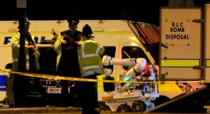 Robô de destruição de bomba do Royal Logistic Corps (RLC) é descarregado junto ao Manchester Arena. Atentado no concerto de Ariana Grande em Manchester provocou, pelo menos, 22 mortos – Foto de Nigel Roddis/Epa/Lusa