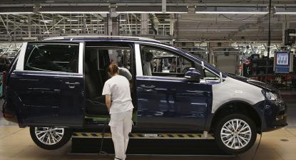 trabalhadora, carro, linha de montagem, autoeuropa