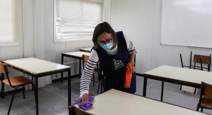 Uma funcionária limpa uma sala de aula já disposta para o distanciamento dos alunos na Escola Secundária João de Barros, em Corroios, 11 de maio de 2020- Foto de Tiago Petinga/Lusa