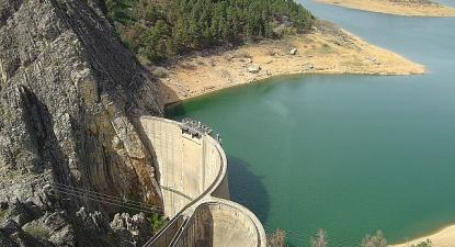 EDP recebeu a utilização das barragens por mais 25 anos em 2005, sem contrato público - Foto: barragem de Santa Luzia, Portugal, wikipedia