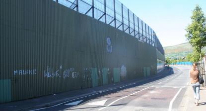 Chamado muro da paz que separa protestantes de católicos no oeste de Belfast – foto de A l'encontre