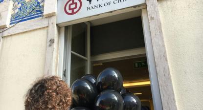 Climáximo na entrada do Bank of China em Lisboa