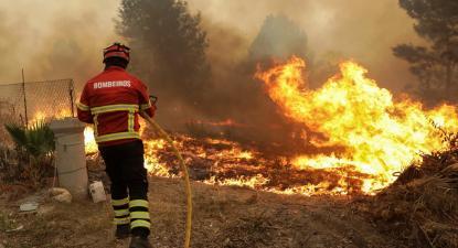 Bombeiros durante o combate às chamas do incêndio da Lousã, em Vila Chã, Vila Nova de Poiares, 15 de outubro de 2017. PAULO NOVAIS/LUSA