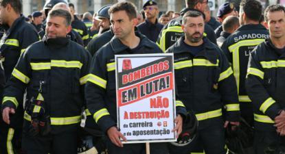 Os bombeiros sapadores e municipais protestaram contra as propostas do Governo, que incluem baixa do salário dos novos bombeiros e aumento da idade da reforma - Foto de Manuiel de Almeida/Lusa
