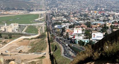 O muro entre San Diego (esquerda) e Tijuana (direita), 2007. A fronteira entre os EUA e o México é das mais vigiadas do mundo. Foto: Gordon Hyde/US Army/Wikimedia Commons.
