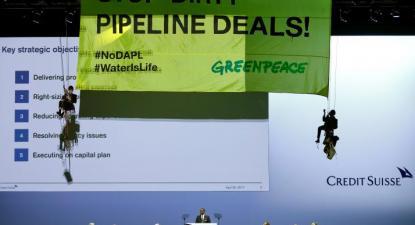 Ativistas da Greenpeace irrompem na Assembleia Geral de Acionistas do Credit Suisse. Abril de 2017.