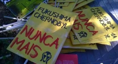 """Cartazes """"Fukushima Chernobyl Nunca Mais"""" da manifestação """"Fechar Almaraz"""", realizada em 12 de junho de 2016 - Foto de Almerinda Bento"""