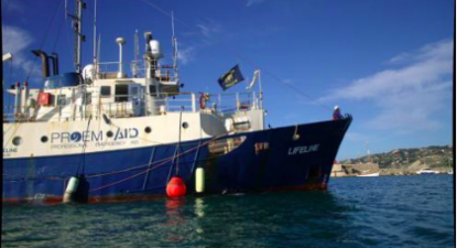 Navio Lifeline dedica-se à busca e resgate de migrantes no Mediterrâneo. Fotografia do website mission-lifeline.de