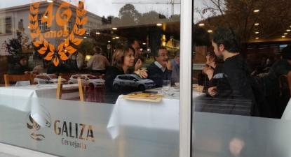 Catarina Martins almoçou na cervejaria Galiza, manifestando a sua solidariedade com os trabalhadores